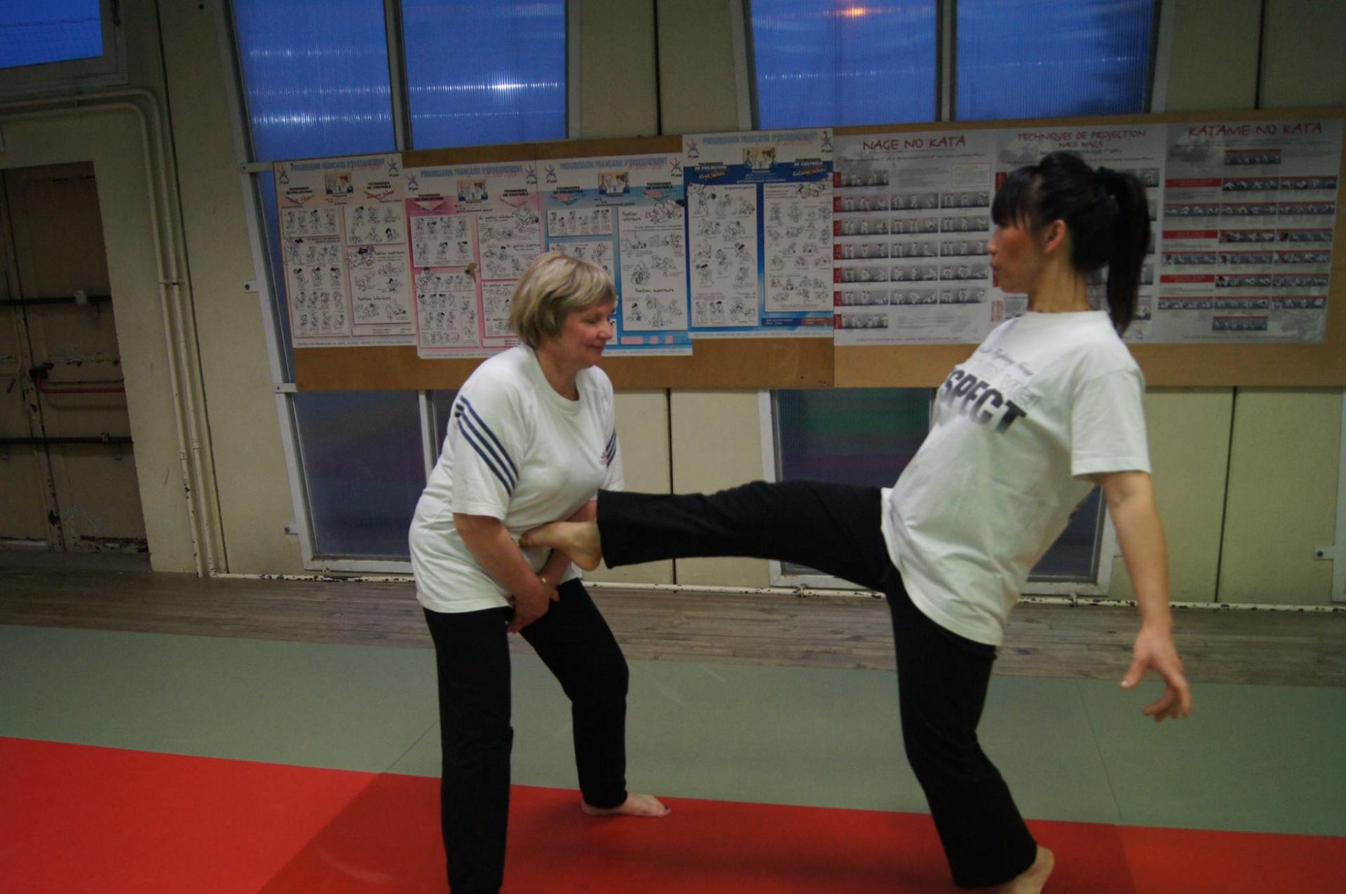 SELF DEFENSE FEMININE